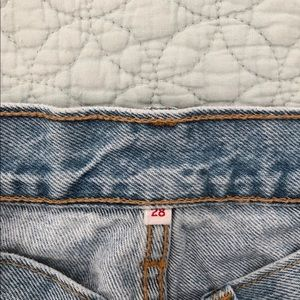 Levi's mom jeans size 28